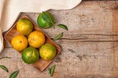 tangerines Свежий плодоовощ мандарина с листьями на деревянном backgroun Стоковая Фотография RF