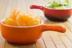 Tangerines слезли куски в апельсине на плите Стоковые Изображения