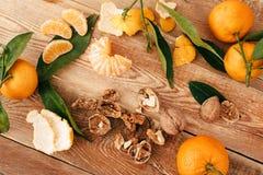 Tangerines с зелеными листьями на деревянной предпосылке стоковая фотография rf