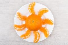 Tangerines с кусками на белой плите Стоковое Изображение RF