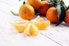 Tangerines с листьями на деревянной предпосылке St мандаринов деревенский Стоковые Изображения RF