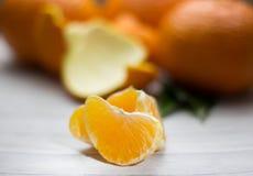 Tangerines с листьями на деревянной серой таблице Стоковые Фото