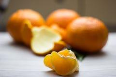 Tangerines с листьями на деревянной серой таблице Стоковое Изображение RF