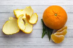 Tangerines с листьями на деревянной серой таблице Стоковое Изображение