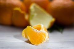 Tangerines с листьями на деревянной серой таблице Стоковые Изображения RF