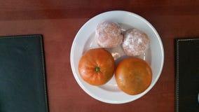 Tangerines с отверстиями делать-гайки для завтрака Стоковое фото RF