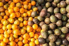 Αβοκάντο και tangerines στην ασιατική αγορά τρόφιμα μπουλεττών ανασκόπησης πολύ κρέας πολύ Στοκ Εικόνα