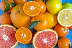 Tangerines cytryn pomarańcz wapna cytrus na w górę błękitnej tło kopii przestrzeni zdjęcie stock