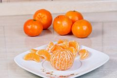 Tangerines descascados na placa Imagens de Stock