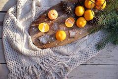 Tangerines gofra ciastek jedlinowego drzewa śniadanio-lunch, sosnowi rożki na drewnianej kuchni desce w wieśniaku projektują na b zdjęcie stock