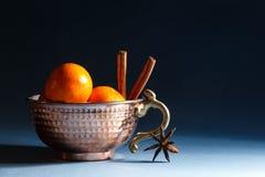 Tangerines i cynamon w pucharze Zdjęcie Stock