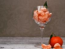 Tangerines i en glass vase Arkivbild