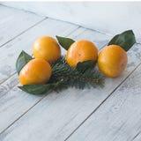 tangerines mandarynka z liśćmi na białym drewnianym tle z choinką zdjęcia royalty free