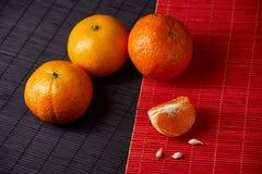 Tangerines mandarynki, clementines, cytrus owoc na stylowym czarnym i czerwonym tle z kopii przestrzenią obrazy stock