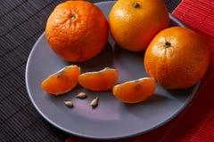 Tangerines mandarynki, clementines, cytrus owoc na stylowym czarnym i czerwonym tle z kopii przestrzenią zdjęcie royalty free