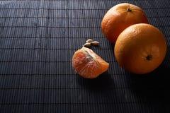 Tangerines mandarynki, clementines, cytrus owoc na stylowym czarnym tle z kopii przestrzenią zdjęcie royalty free
