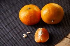 Tangerines mandarynki, clementines, cytrus owoc na stylowym czarnym tle z kopii przestrzenią obraz stock