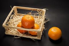 Tangerines na czarny tle Obrazy Stock