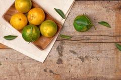 tangerines Ny mandarinfrukt med sidor på träbackgroun Royaltyfri Bild