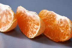 Tangerines, Obrany tangerine i Tangerine plasterki na Czarnym tle, Obraz Stock