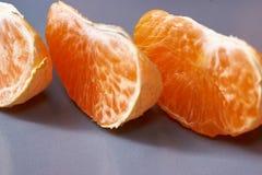 Tangerines, Obrany tangerine i Tangerine plasterki na Czarnym tle, Fotografia Stock