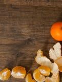Tangerines, obrany tangerine i tangerine plasterki na drewnianym tle, Z kopii przestrzenią Zdjęcie Stock