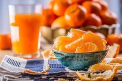 Tangerines, obrany tangerine i tangerine plasterki na błękitnym płótnie, Mandarine sok Zdjęcia Stock