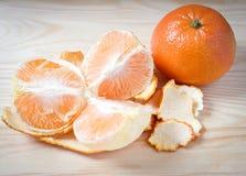 Tangerines, obrany tangerine i tangerine plasterki w czerwień talerzu, Zdjęcie Royalty Free