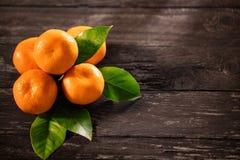 Tangerines odgórny widok na tła drewnianych mandarynach Fotografia Stock