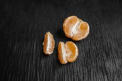 Tangerines på en svart bakgrund Massor av ny frukt - mandariner Arkivfoton