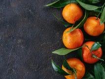 Tangerines, pomarańcze, mandarynki na czarnym tle Zdjęcia Royalty Free