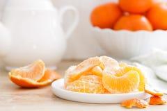 tangerines Słodcy smakowici obrani tangerines na talerzu na białym kuchennym tła zbliżeniu obrazy stock