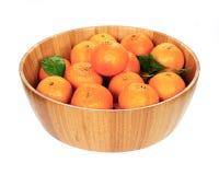 Tangerines w drewnianym pucharze Obraz Royalty Free