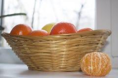 Tangerines w koszu na stole Fotografia Royalty Free