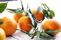 Tangerines z liśćmi na drewnianym tle Mandarynu wieśniaka st Zdjęcie Stock