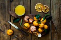 Tangerinezitrusfrüchte mit Blättern stockfotografie