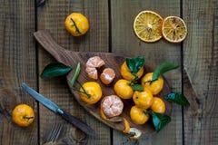 Tangerinezitrusfrüchte mit Blättern stockfotos