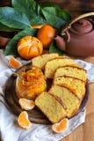 Tangerinkaka med te fotografering för bildbyråer