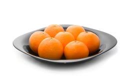 Tangerins alaranjados saborosos na placa preta imagens de stock