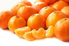 Tangerinskivor och hela tangerin på vit bakgrund Royaltyfria Bilder