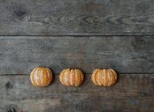 Tangerinskivor på träbakgrund Arkivfoton