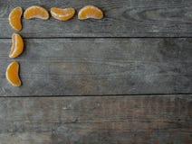 Tangerinskivor på träbakgrund Royaltyfri Fotografi