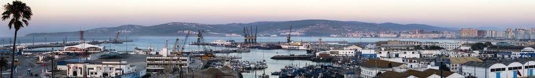 Tangier, Marokko 22. Juli 2013 Panoramablick des Hafens von Tanger Marokko und von Stadtskylinen an der Dämmerung lizenzfreies stockbild