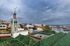 TANGIER, MAROKO, LISTOPAD/- 2018: kafelkowi dachy budynki jeden wiele meczety Medina Tangier zdjęcie royalty free