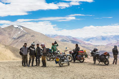 Tanglangla, India - Juli 22 2014: Een groep fietsers neemt een bre Royalty-vrije Stock Fotografie