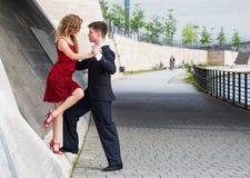 Tango de danse des deux jeunes quelque part dans la ville Photo libre de droits