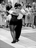 Tango del bailando de Pareja Fotografía de archivo libre de regalías