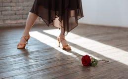 Tango doué de danse de femme à la salle de bal Photographie stock libre de droits