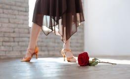 Tango envejecido apasionado del baile de la mujer en el salón de baile Fotos de archivo