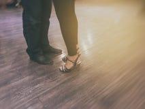 Tango som dansar par, ben i rörelse, kort i slut arkivbilder